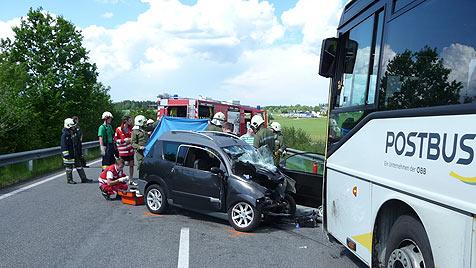 56-Jähriger kracht mit Mopedauto frontal in Postbus (Bild: ÖAMTC)