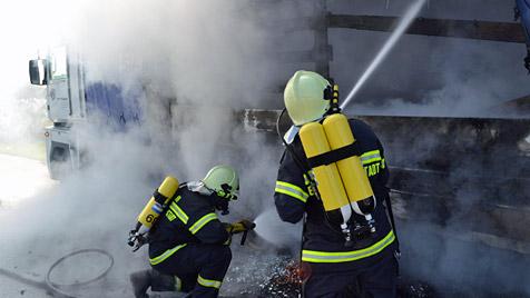 Lkw-Brand und drei Auffahr-Unfälle auf A2 bei Seebenstein (Bild: Einsatzdoku.at)