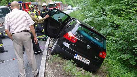 Mutter und Sohn (6) vor Autoabsturz in Söll gerettet (Bild: Feuerwehr Söll)