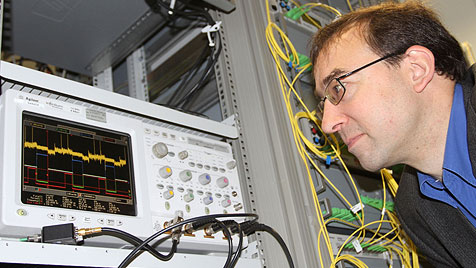Weltrekord: Laser überträgt 26 Terabit Daten pro Sekunde (Bild: KIT/Gabi Zachmann)