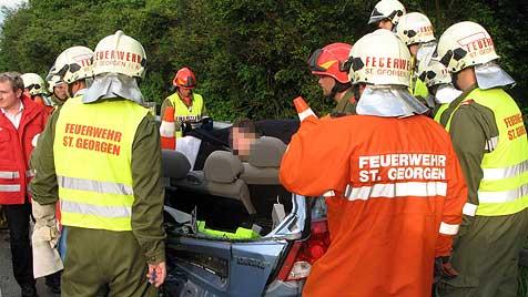 Zwei Verletzte bei Auffahrunfall während Gewitters (Bild: FF St. Georgen im Attergau)