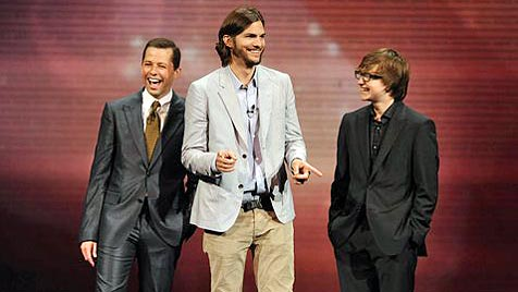 "Ashton Kutcher fast nackt auf ""Two and a Half Men""-Poster (Bild: AP)"