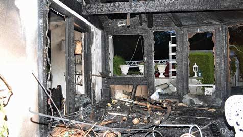 Ehepaar rettet sich in letzter Sekunde vor Feuer (Bild: Einsatzdoku.at)