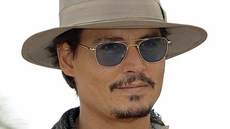 Johnny Depp beim Fremdknutschen erwischt (Bild: EPA)