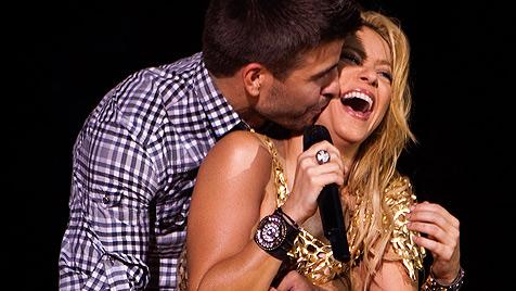 Shakira feiert ihren Schatz Gerard Pique bei Konzert (Bild: AP)
