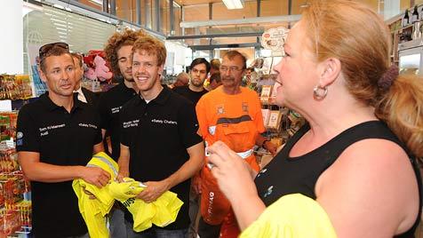 Vettel verteilt auf A2-Raststation  Warnwesten (Bild: APA/HELMUT FOHRINGER)