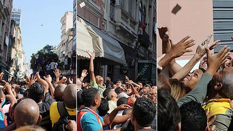 TV-Sender ließ in Rio de Janeiro Geld vom Himmel regnen (Bild: AFP)