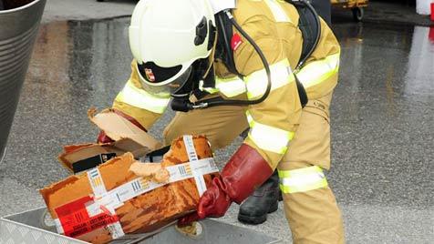 Mitarbeiter von Paketdienst durch Salzsäure verletzt (Bild: FF Obertrum)