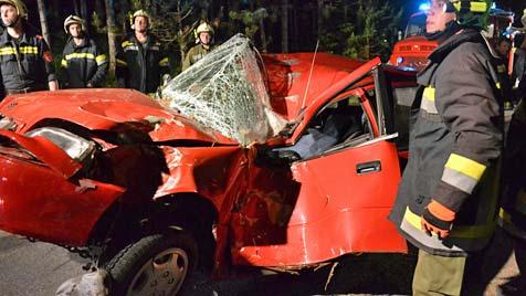 Lenker übersteht schweren Crash nur mit  Blessuren (Bild: Einsatzdoku.at)