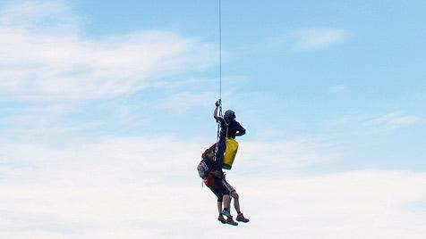 Bergsteiger per Hubschrauber vom Traunstein gerettet (Bild: APA/Bergrettung Gmunden/Wolfgang Ebner)