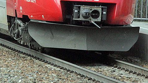 Regionalzug kracht mit 130 km/h in Bahnhofsbaustelle (Bild: Andi Schiel)