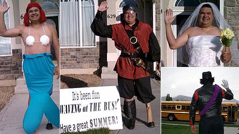 USA: Vater winkt Sohn jeden Tag im Kostüm hinterher (Bild: Rochelle Price, waveatthebus.blogspot.com)