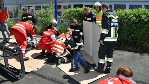 Arbeiter unter Stapler geraten - schwer verletzt (Bild: Lukas Derkits/BFK Mödling)