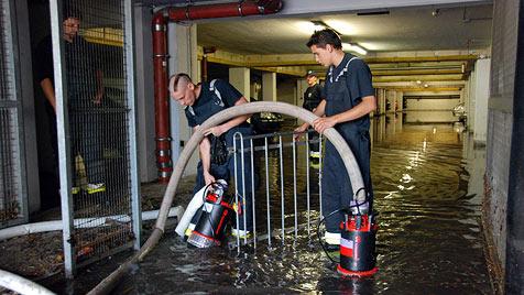 Feuerwehren nach schwerem Unwetter im Dauereinsatz (Bild: APA/HERBERT WIMMER/BFK MÖDLING)