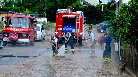 Feuerwehren nach schwerem Unwetter im Dauereinsatz (Bild: APA/foto-kerschi.at/WERNER KERSCHBAUMMAYR)