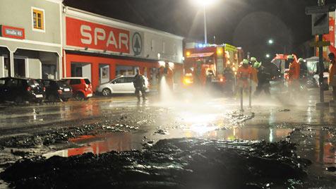 Feuerwehren nach schwerem Unwetter im Dauereinsatz (Bild: APA/LFV/MEIER)
