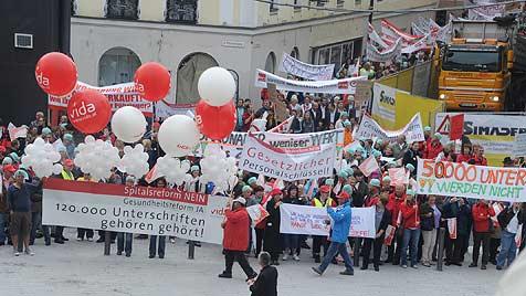 1.000 protestierten in Linz gegen die Spitalsreform (Bild: Hannes Markovsky)