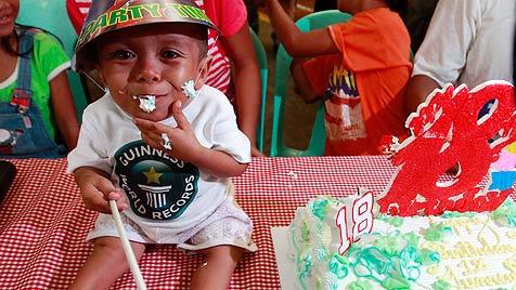 Dieser Philippiner ist nun der kleinste Mann der Welt (Bild: EPA)