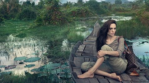 Jolie modelt ohne Schuhe und Make-up für Luxuslabel (Bild: © Louis Vuitton – Annie Leibovitz)