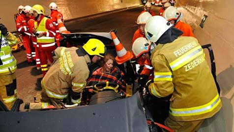 198 Helfer probten im Tauerntunnel für den Ernstfall (Bild: APA/FRANZ NEUMAYR)