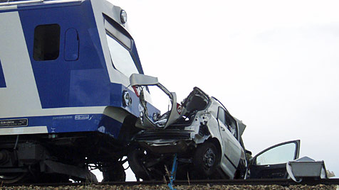 NÖ: Zug rammt Pkw - Lenkerin stirbt in Fahrzeugwrack (Bild: Holzer Christian / FF Hollabrunn)