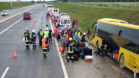 Reisebus kippt um - zwei Chauffeure schwer verletzt (Bild: Feuerwehr Hochleithen)