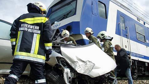 NÖ: Zug rammt Pkw - Lenkerin stirbt in Fahrzeugwrack (Bild: APA/FF HOLLABRUNN)