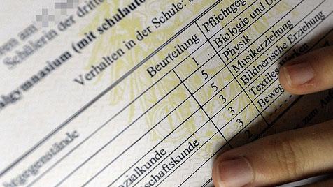 Zeugnisverteilung für 477.000 Schüler in Ostösterreich (Bild: APA/Harald Schneider)