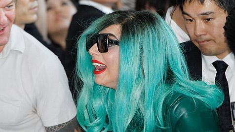 Lady Gaga mit algengrünem Haarschopf in Japan
