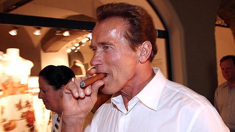 Rauchsheriff zeigt paffenden Arnold Schwarzenegger an (Bild: EPA)