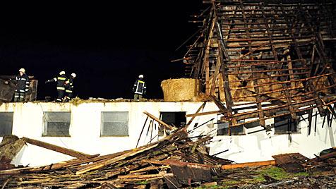 Heftige Unwetter fegten übers Land: Florianis gefordert (Bild: APA/FOTO-KERSCHI.AT/Werner Kerschbaummayr)