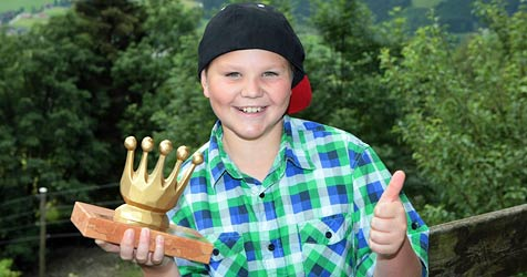 """""""Goldene Krone"""" für Bub, der Freund das Leben rettete (Bild: Niki Faistauer)"""