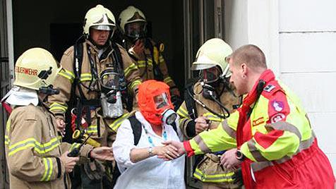 Kinderwagen in Haus angezündet - 2 Frauen gerettet (Bild: Berufsfeuerwehr Linz)