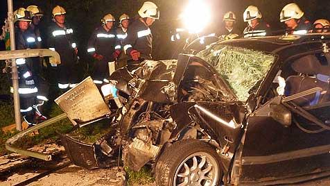 Pkw kracht gegen Geländer: Insassin stirbt, vier Verletzte (Bild: APA/FF OBER-GRAFENDORF)