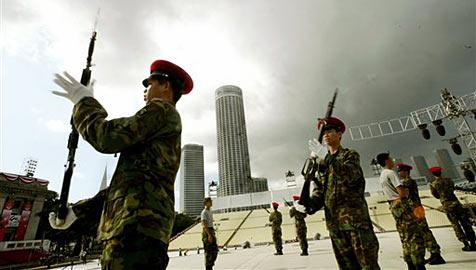 Singapur: Rekruten erhalten neben Gewehr auch iPad (Bild: AP)
