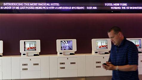 Roboter befördert in Hotel Gepäck in Schließfächer (Bild: AP/Yotel)
