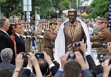 "Reagan ""wacht"" nun �ber Ungarns Demokratie (Bild: AFP)"