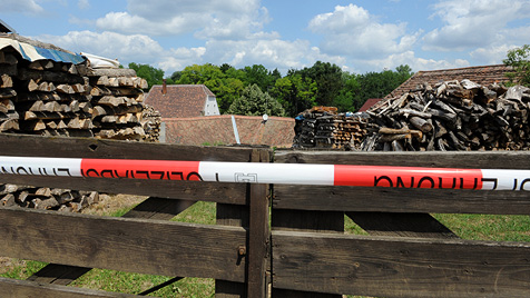 """Ermittler: """"Waren in 100 Kellern, aber nicht in diesem"""" (Bild: APA/HERBERT PFARRHOFER)"""