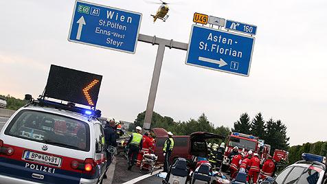 Drei Tote, fünf Schwerverletzte bei Crash auf A1 (Bild: APA/Matthias Lauber)