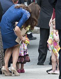 Catherine wünscht sich auch so ein süßes Prinzesschen (Bild: AFP, EPA)