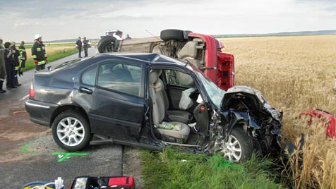 Schwangere und Kleinkind bei Crash in NÖ verletzt (Bild: Feuerwehr Sierndorf)