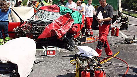 Autofahrer kracht mit Lastwagen zusammen - tot (Bild: APA/FF REGAU)