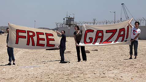 Erz�rnte Gaza-Aktivisten wenden sich an Barroso (Bild: EPA)