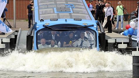 Sightseeing-Bus in Amsterdam geht mit Touristen baden (Bild: EPA)