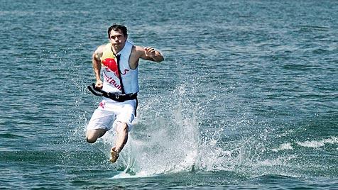 Kitesurfer aus Polen läuft über den See Genezareth (Bild: EPA/Jörg Mitter/Global Newsroom)