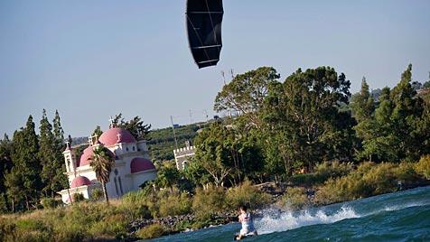 Kitesurfer aus Polen läuft über den See Genezareth (Bild: EPA/Global-Newsroom.com/Jörg Mitter)