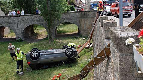 Lenkerin bugsiert parkenden Wagen in Schlossgraben (Bild: Thomas Lenger)