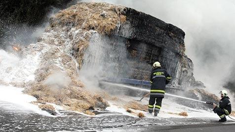 Mit Stroh beladener Lkw-Anhänger fängt auf der A8 Feuer (Bild: laumat.at)