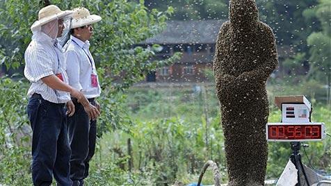 Chinesischer Imker lässt sich von 26 kg Bienen bedecken (Bild: AP)
