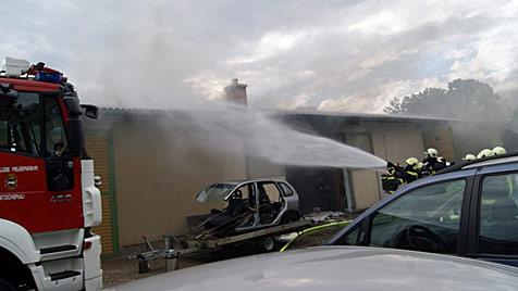 NÖ: Pkw gerät in Werkstatt in Brand - 150.000 € Schaden (Bild: FF STOCKERAU/ALFRED SCHEURINGER)